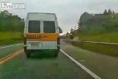 Rapariga urina através da janela da carrinha escolar