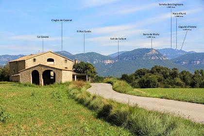 Panoràmica presa des del Camp Gran, de la masia de Cal Gavatx amb el fons ocupat pels Cingles de Capolat, la Serra de Malla i els Cingles de Sant Salvador. Al darrere de tot els Rasos de Peguera
