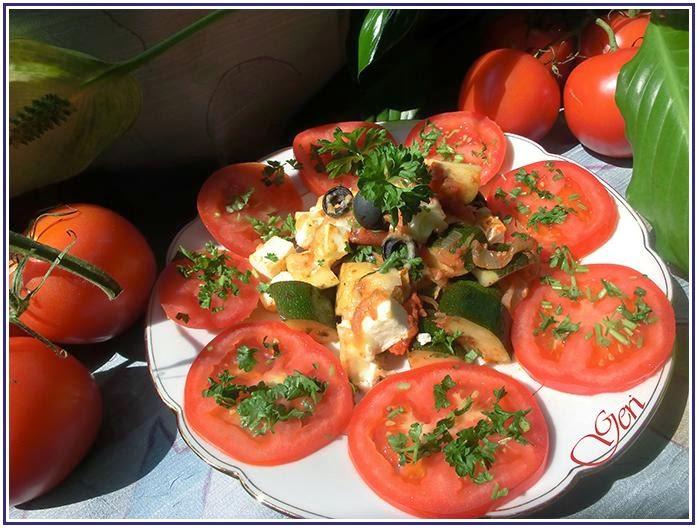 Gebackene Zucchini in Tomatensoße und Feta auf griechische Art