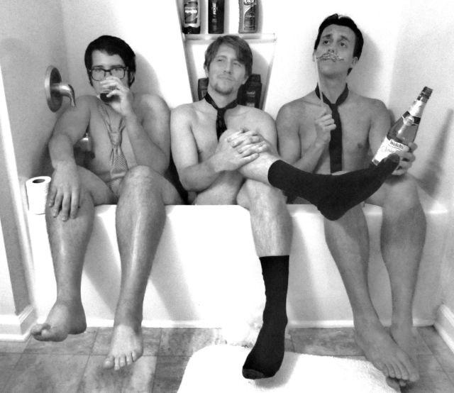 Homens seminus dentro de uma banheira