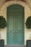 «Place des Vosges, Paris, porte du n° 09 (2)» par Coyau/Wikimedia Commons. Sous licence CC BY-SA 3.0 via Wikimedia Commons - http://commons.wikimedia.org/wiki/File:Place_des_Vosges,_Paris,_porte_du_n%C2%B0_09_(2).JPG#/media/File:Place_des_Vosges,_Paris,_porte_du_n%C2%B0_09_(2).JPG