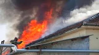 гасят пожар на покрив в град Мартен