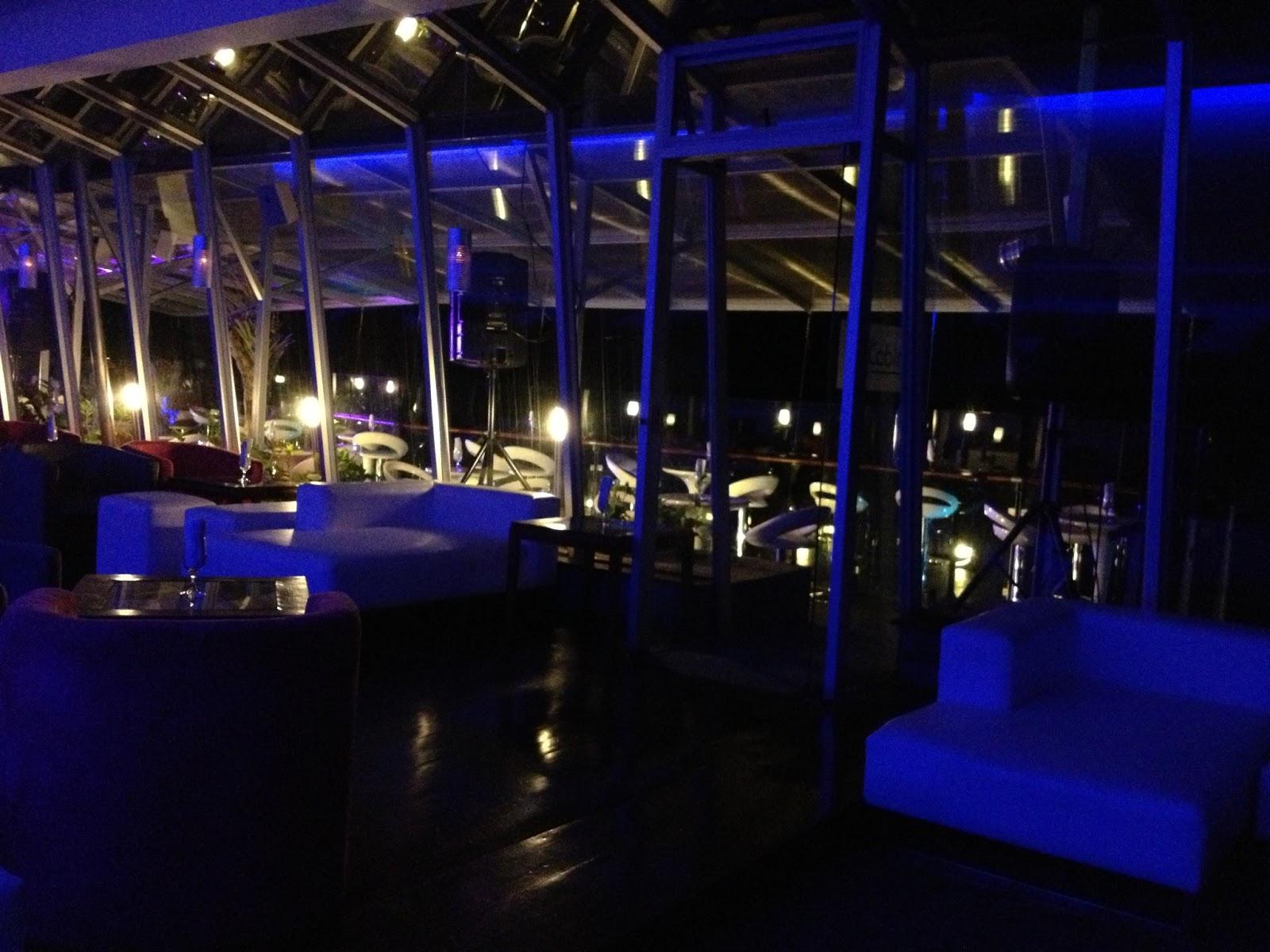 La Cabina Bar : Fotografía de blanco en blanco surge de la exposición o evento la