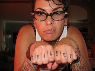 Tatuagens nos dedos com letras