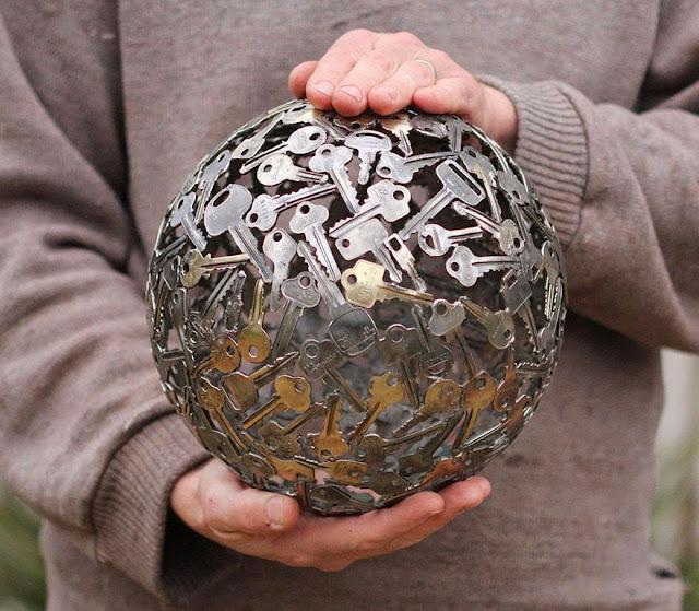 舊鑰匙和硬幣並回收成華麗的金屬雕塑 - 亮麗 - 亮麗的博客