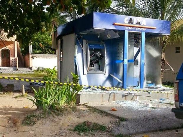 Grupo explodiu dois aparelhos da Caixa Econômica Federal (Foto: Marcus Augusto / Site Voz da Bahia)