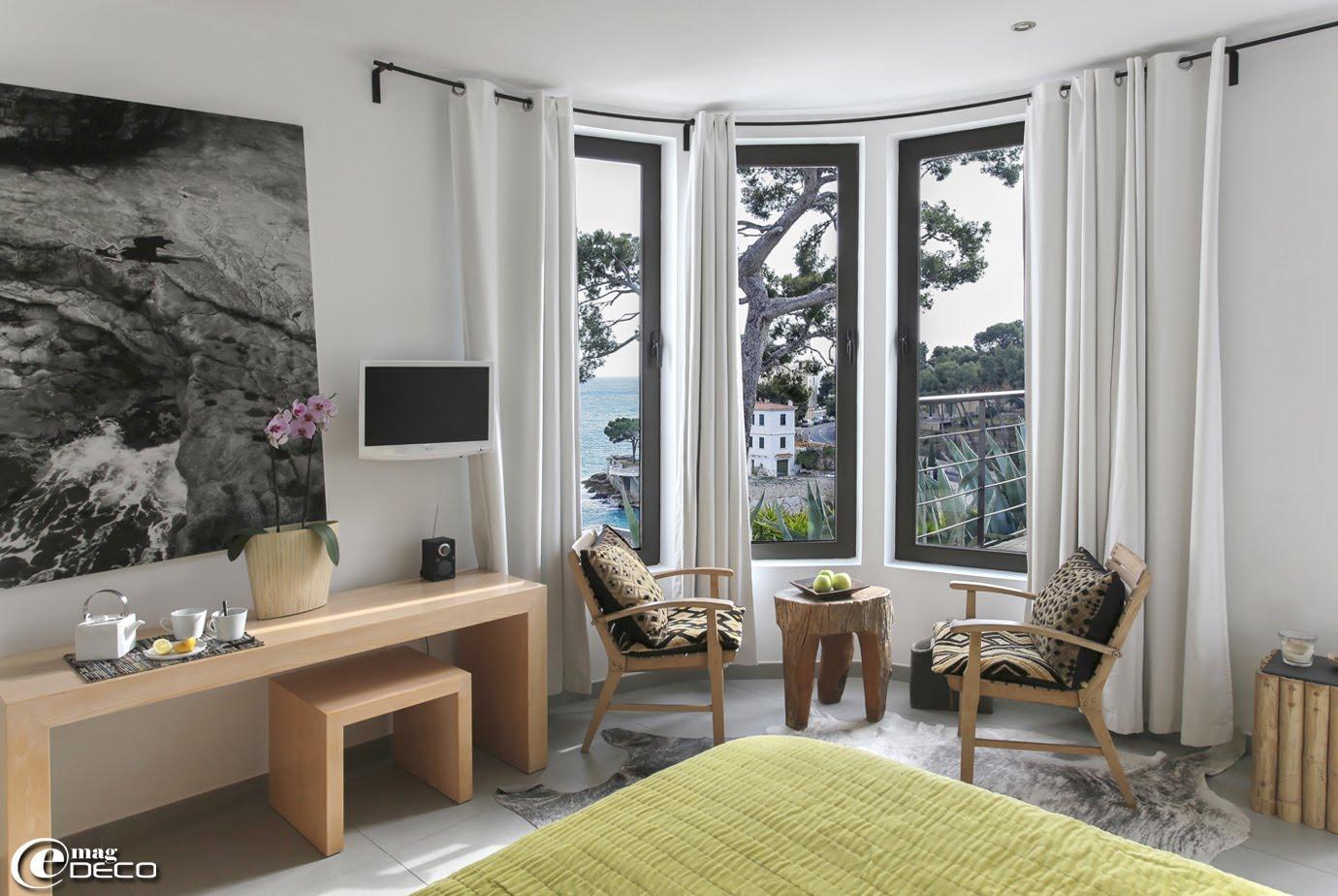 Une chambre de la maison d'hôtes 'La Suite Cassis' face à la mer et la plage du Bestouan