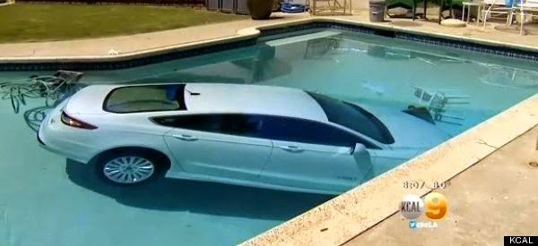 Coche cae a una piscina
