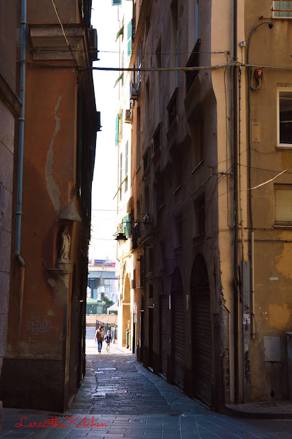 ti racconto zena e i suoi caruggi: vico dell'oliva e il galletto arrosto con le olive della riviera