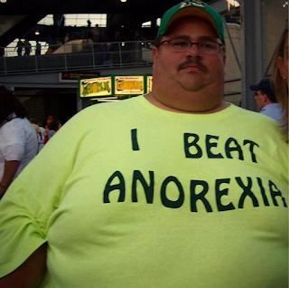 smešna slika: debeo čovek sa posebnom Majicom