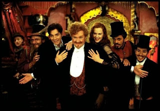 Jim Broadbent, Nicole Kidman y Ewan McGregor en Moulin Rouge (2001)