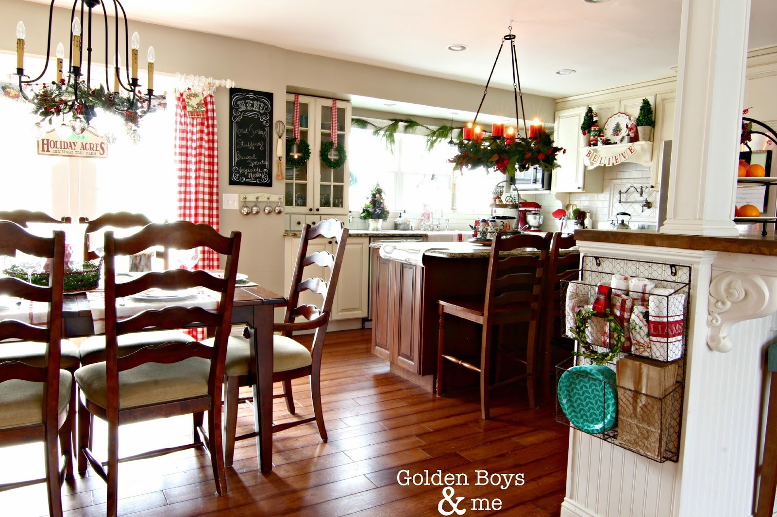 Holiday decor in kitchen-www.goldenboysandme.com