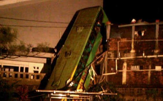 Foto Bus Maut Karunia nyungsep dan hancur