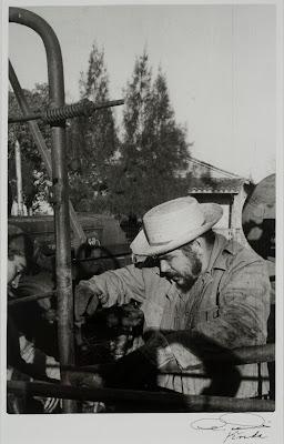 Ché Arreglando el Tractor (1962) by Korda