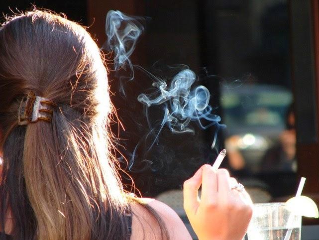 cewek merokok
