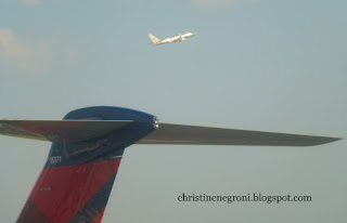 AA+and+Delta+planes+at+JFK+%281%29.JPG