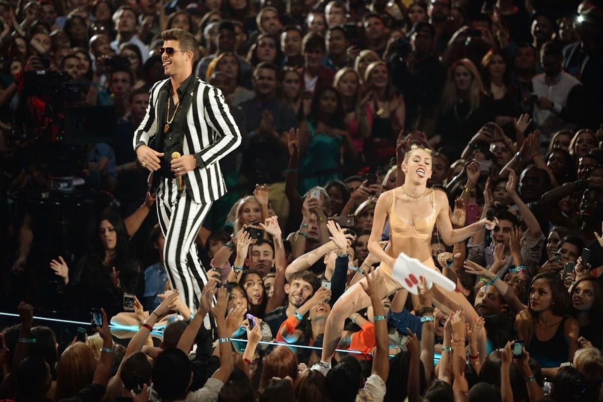 http://1.bp.blogspot.com/-_5-hxDbaAG8/UhtDIsJ7bTI/AAAAAAAAWKw/7fAAcTrOO3A/s1200/Miley-Cyrus-performance-at-MTV-VMA-2013-2223062.jpg