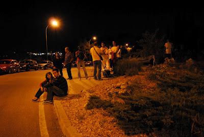 La gente esperaba y miraba al cielo en la AO2012.