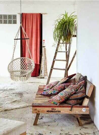 Pallet Reclaimed Daybed - The Lazy DIY'er - Pallet Furniture Round-up - Chamomile and Peppermint Blog