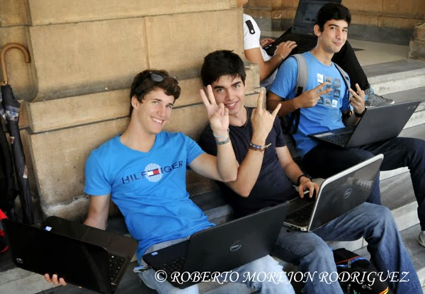 Jóvenes usan nuevas tecnologías para estudiar en áreas del Parque Central de la Universidad de La Habana