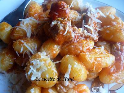 gnocchi di patate con ragù d'agnello e buona pasquetta a tutti!