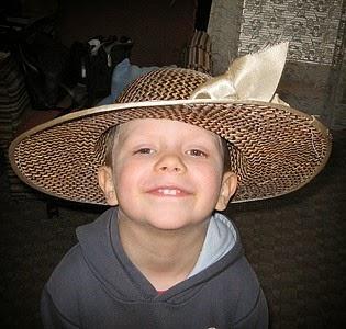 Misiek w babci kapeluszu