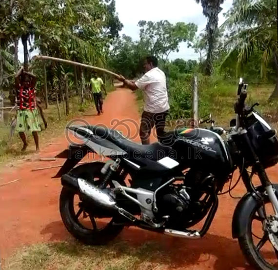 Woman attacks Police in Anuradhapura