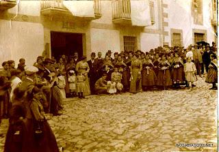 Gentes de Candelario Salamanca esperando a la novia en la puerta de su casa