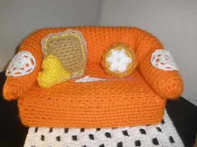 Sofá cubrepañuelos, cojines y tapetes realizados a crochet