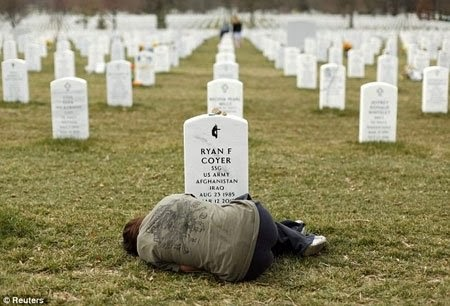Chị gái của một người lính sụp đổ trước mộ em trai