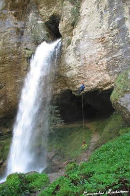 Impresionante imagen de un espeólogo en la cascada de Kakouetta.