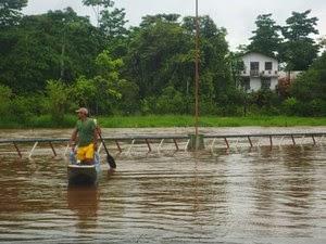 Homem usa barco para andar pelas ruas de Igrapiúna (Foto: William Boy / Jornal Informe Ativo)