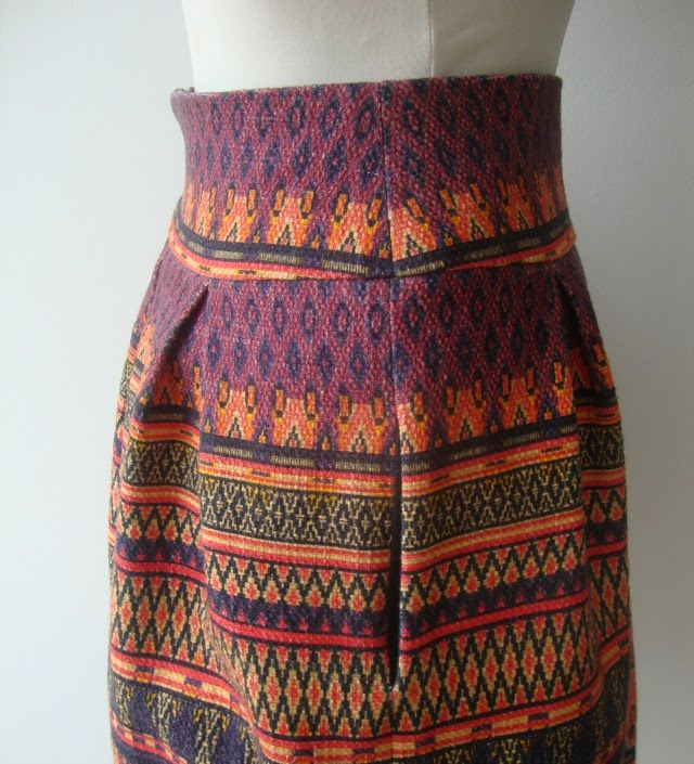 Faltenrock im Ethnomuster Pleated skirt with tribal print - Sewionista