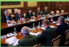 El ministro de Defensa de Perú revisa en Moscú con su homólogo ruso...