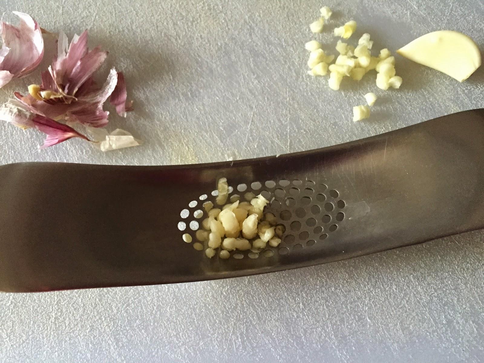 Conos de hojaldre rellenos de lombarda, picando los ajos.