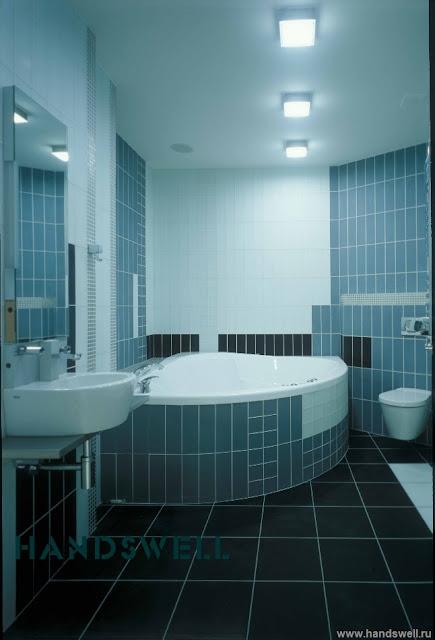 Amenajare baie cu cabina de dusi si cada montata in coltul bai..Aceste bai din imaginea alaturata au in farmec si stil modern..amenajare baie cu mozaic,cu sticla,cu marmura,
