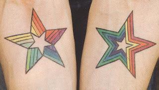 Fotos de tatuagens de estrelas colorido em cada braço