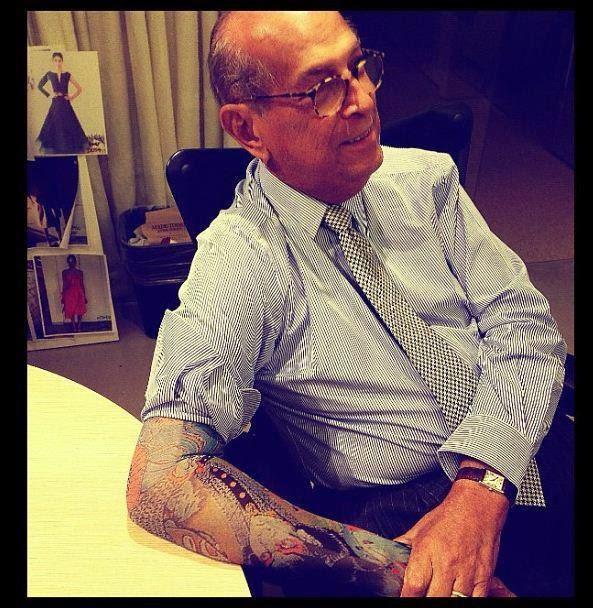 Oscar de la Renta y su tatuaje en el brazo