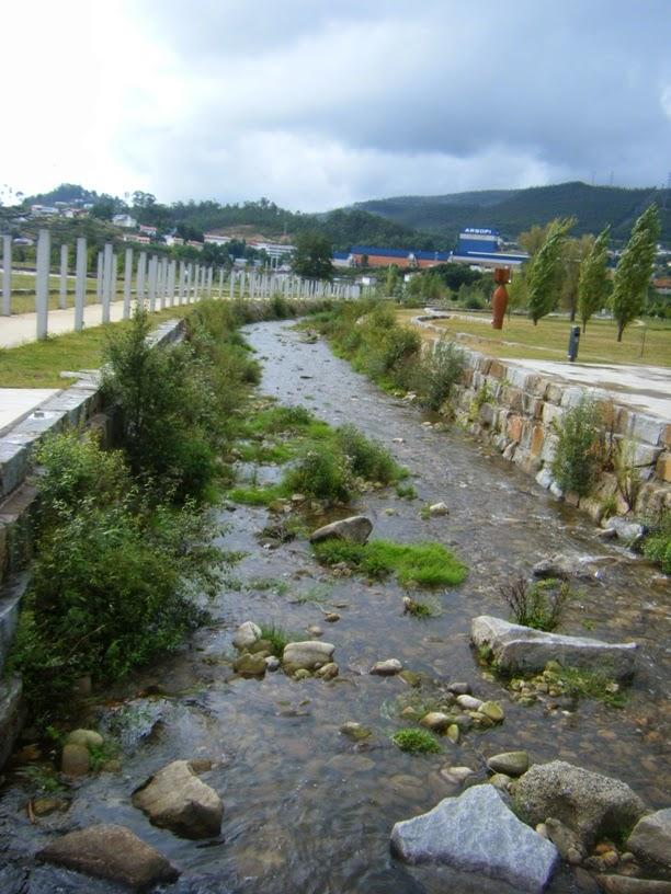 Rio Vigues que atravessa o parque da Cidade de vale de Cambra