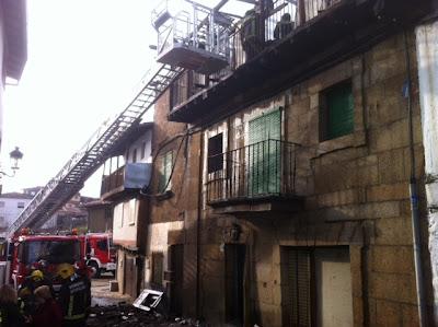 los bomberos intervienen en una de las casas incendidas en Sotoserrano