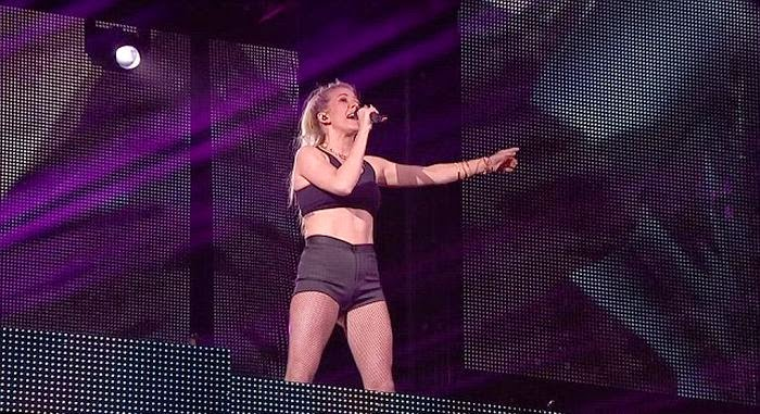 We find it hard to belive that those garment are comfortable on her, but Why? Ellie Goulding must taking off and deputized her beauty language with a dark two-piece while performing on the stage.