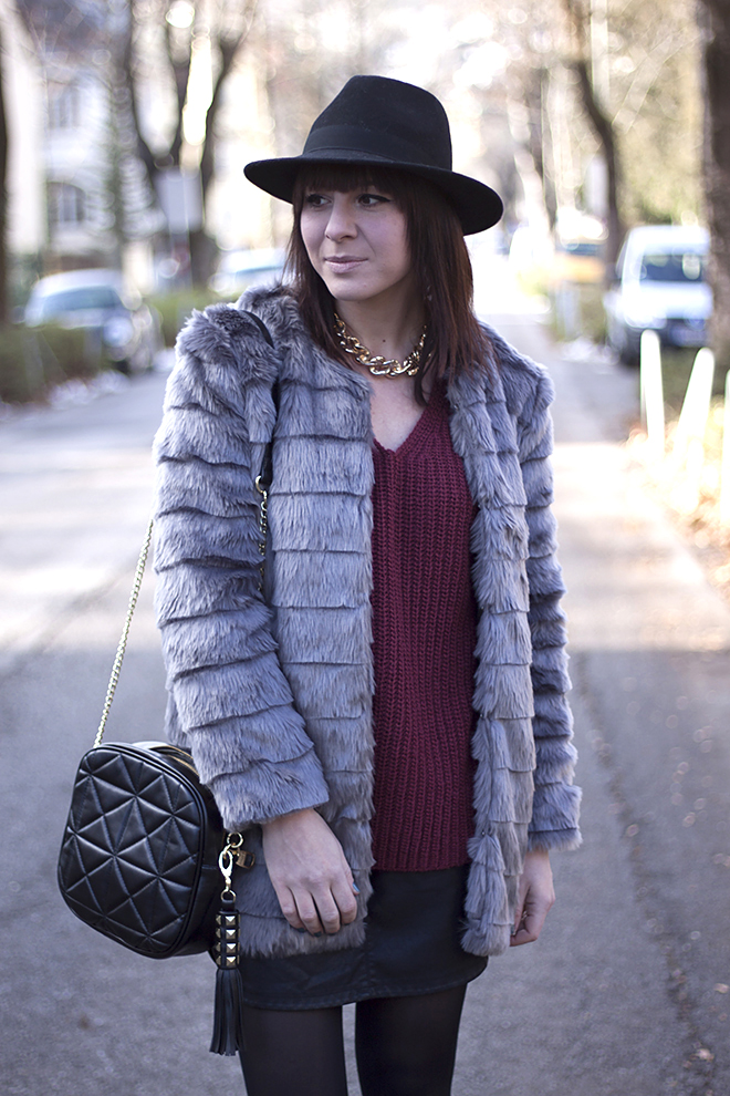 outfit-fashionblogger-trend-who-is-mocca-hut-kombinieren-fake-fur-jacke-mantel-new-yorker-bordeaux-dunkelrot-strickpullover-mango-boots-lederrock-tasche-steve-madden-sarenza