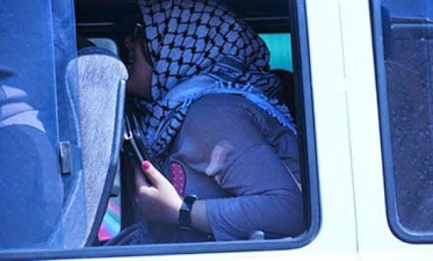Μας δουλεύουν...! «Εξαθλιωμένοι» παράνομοι μετανάστες καταφθάνουν με smartphones και tablets στην Ιταλία.. Είναι αδιάβροχα άραγε;