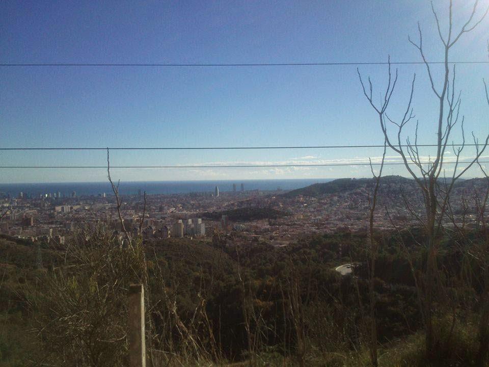 Cara oriental de Collserola. Al fondo, la ciudad de Barcelona. [Foto: Alberto Prieto Martín]