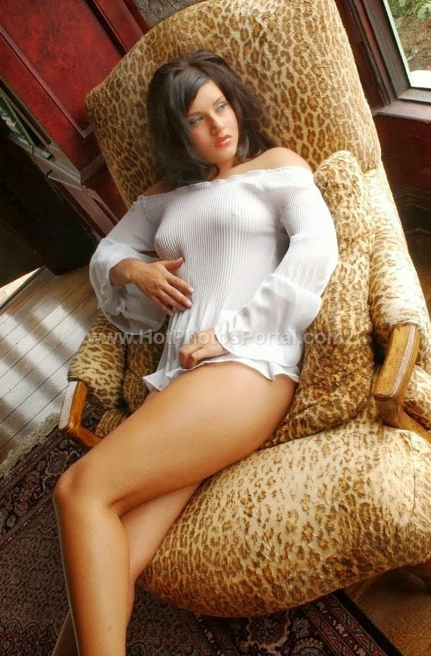 Hot Sunny Leone Sexy photos in bikini