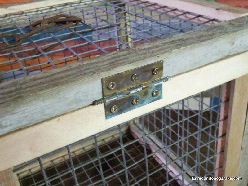Puerta de la jaula con su bisagra vieja. Enredandonogaraxe.com