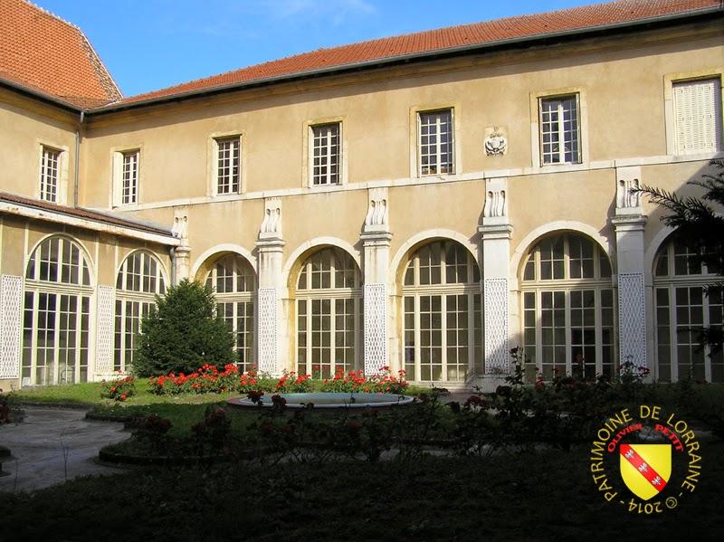 FLAVIGNY-SUR-MOSELLE (54) - L'ancien prieuré Saint-Firmin -Cloître