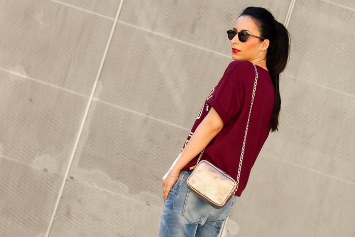 Blogger de moda española con coleta y labios rojos