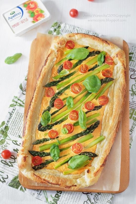 Szybka tarta pomidorowo-bazyliowa ze szparagami