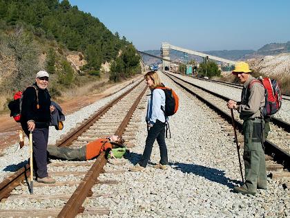 Travessant les vies del tren a Sallent